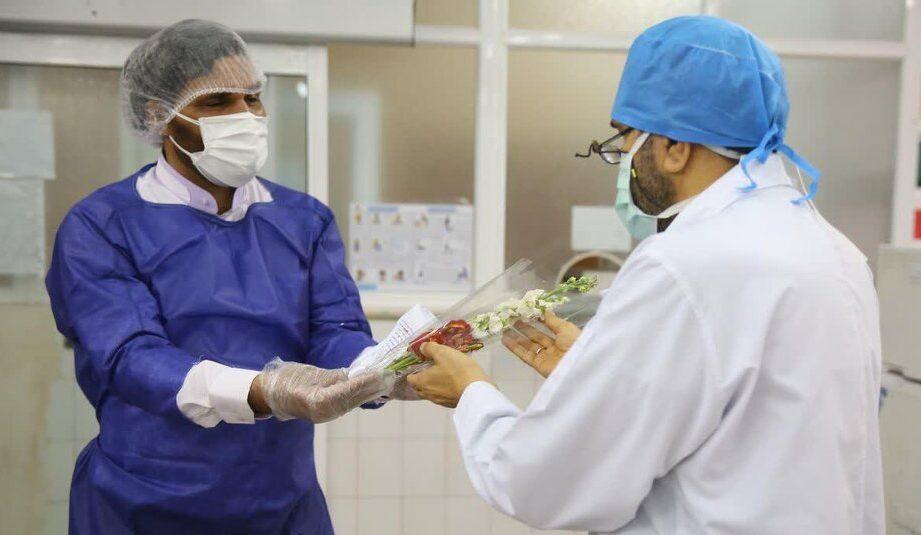 اهدای نمادین گل به کادر درمانی